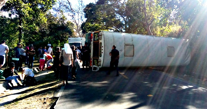 Ayudante de motorista maneja bus y se accidenta en Coatepeque, Santa Ana.
